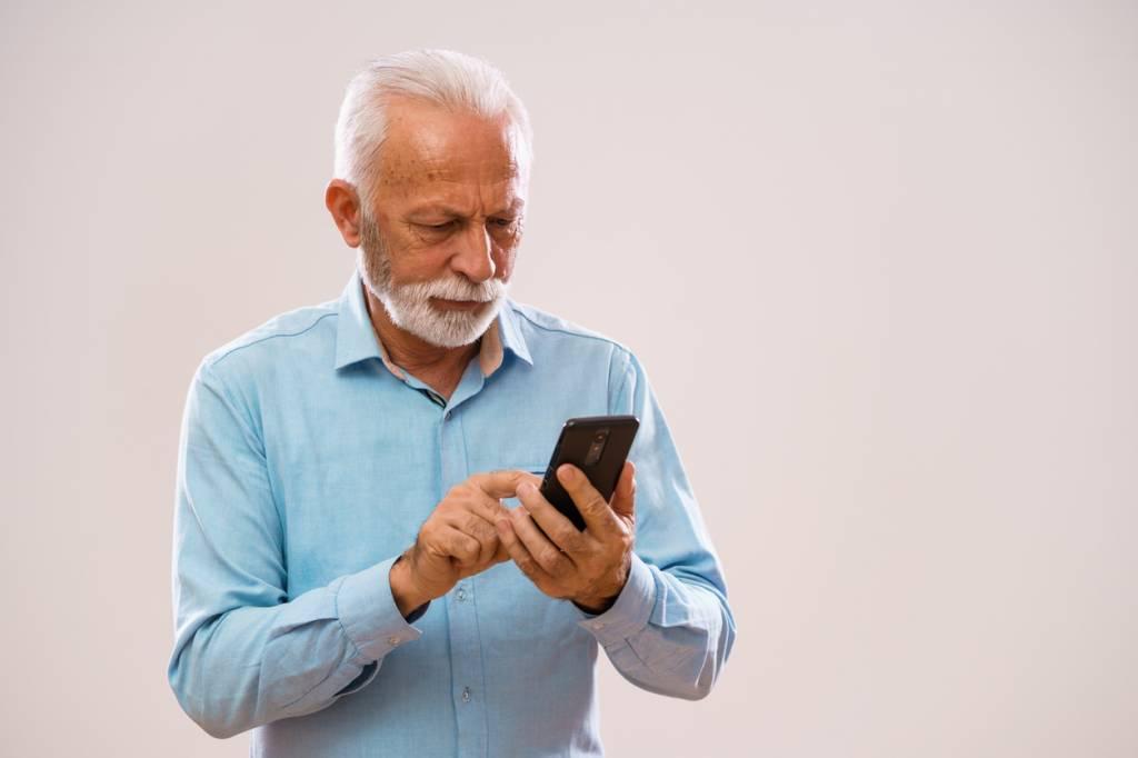 Le téléphone à clapet pour les seniors